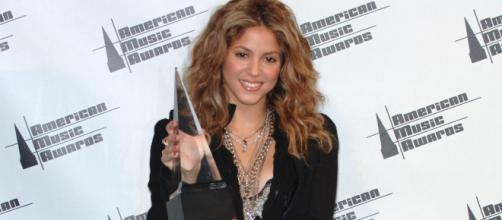 Shakira com seu primeiro AMA em 2005