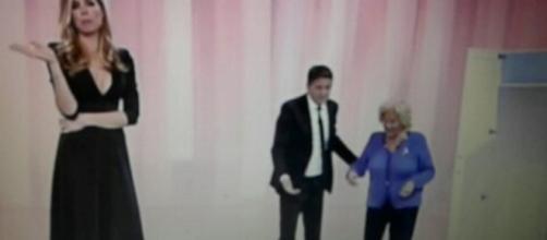 Ilary Blasi e Teo Mammucari durante lo scherzo dell'armadio