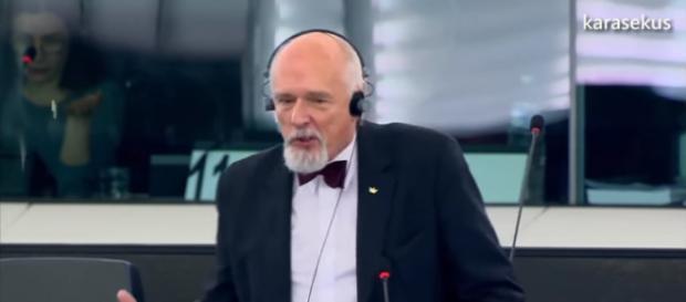 Janusz Korwin-Mikke podczas przemówienia w Europarlamencie (screen YouTube).