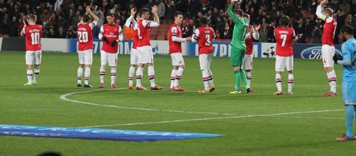 Arsenal players in a past match(image via Ronnie MacDonald/Wikimedia Commons)