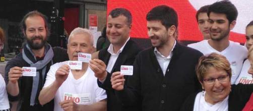 Arturo Scotto e Roberto Speranza mostrano la tessera di Mdp