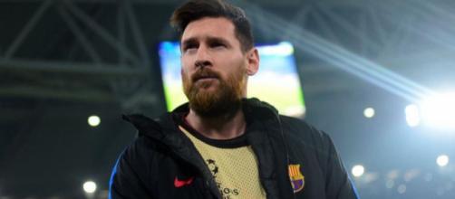 Leo Messi em uma rara imagem ficando de suplente