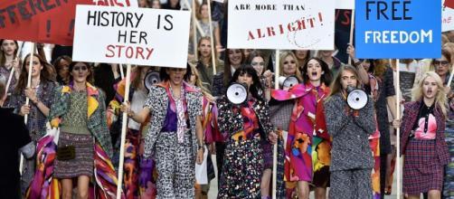 Manifestación feminista de Chanel durante la semana de la moda de París de 2014