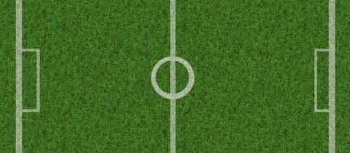Un campo da calcio con il manto d'erba