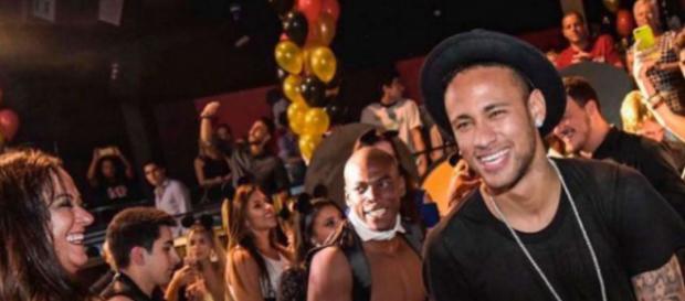 A Neymar la gusta la noche de Paris