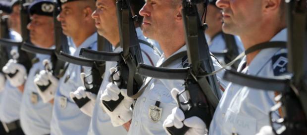 Os policias protegem pessoas e bens mesmo que com o sacrifício da própria vida