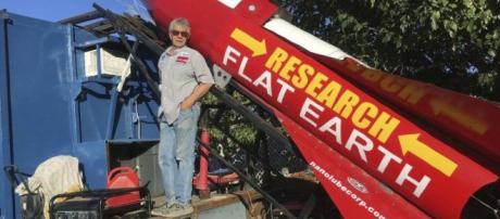 Mike Hughes e seu foguete feito com sucata. (Crédito: agência AP)