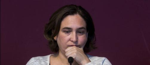 Ada Colau preocupada en una conferencia