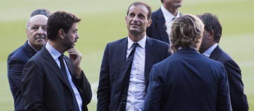La dirigenza della Juventus al completo a colloquio con Allegri prima di una partita