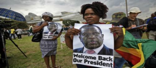"""Los ciudadanos de Zimbabwe han demostrado su apoyo al nuevo presidente con carteles que dicen: """"Bienvenido de vuelta""""."""