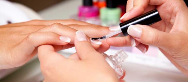 Fazer alisamento e ir à manicure está entre os 4 procedimentos elencados.