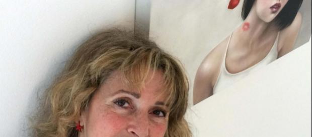 L'artista toscana Rossella Baldecchi in posa con una sua opera (fonte: Rossella Baldecchi)