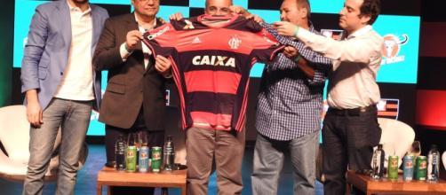 Dirigientes do Flamengo com os representantes da Carabao no evento que anunciou a parceria, em janeiro