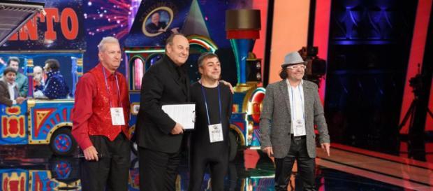 Gerry Scotti ed alcuni concorrenti della 'scuderia'
