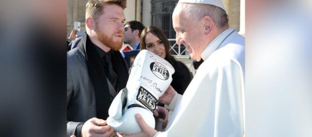 Saúl Älvares regala al Papa Francisco guantes de boxeo profesional