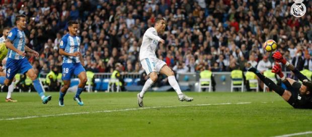 Cristiano Ronaldo metiendo gol tras el rechace de un penalti