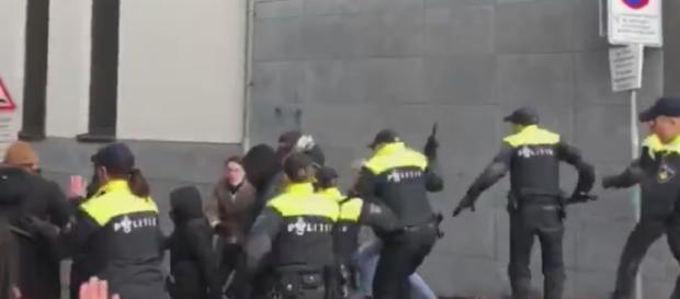 Holenderska policja pacyfikuje Antifę (screen Twitter.com).