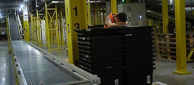 Un lucrător de la Amazon a fost fotografiat dormind în picioare în timpul lucrului - Foto: Daily Mail (© Sunday People)