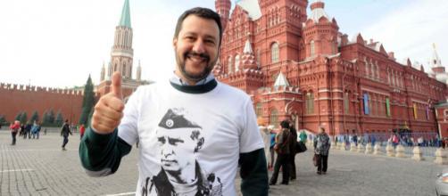 Matteo Salvini in visita a Mosca con la t-shirt di Vladimir Putin