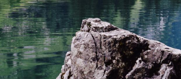 Im Stein im leeren Ort geborgen