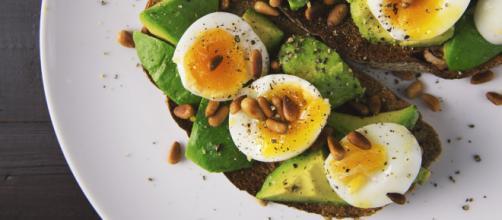 Colazione a base di uova, pane ed avocado