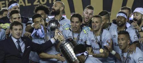 Elenco gremista levantando a Taça Libertadores na Argentina