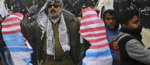 Israele, dilaga la protesta palestinese, scontri con l'esercito e 120 feriti