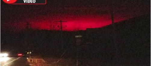 Luzes intermitentes vermelhas impressionam testemunhas e internautas (Daily Star via Youtube)