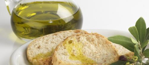 Pane e olio in un piatto bianco