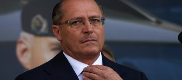 Geraldo Alckmin ganha a presidência do PSDB e planeja a retirada de tucanos do governo Temer