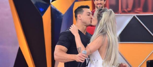 Juju Salimeni pediu ao marido Felipe Franco para tirar o bigode. Caras