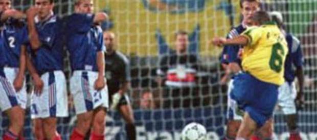 Roberto Carlos en el momento de golpear la pelota que se convertiría en la mejor falta de la historia| Olé - com.ar