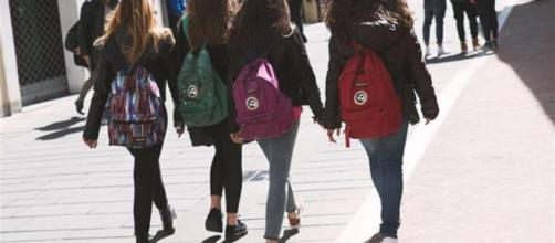 all'uscita dei ragazzi dalle scuole medie senza i genitori - avvenire.it