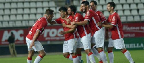 Los jugadores del Real Murcia celebran el gol de Elady, que dio la victoria frente al Jumilla. Imagen: La Verdad