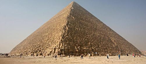 Pirámide de Khufu, sobreviviendo al tiempo. Imagen sacada de Wikipedia. en la meseta de Guiza
