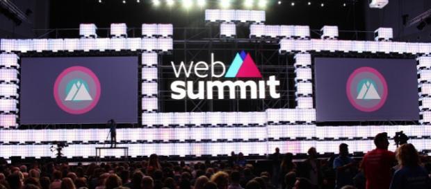O público aguarda pelo início da abertura do Web Summit
