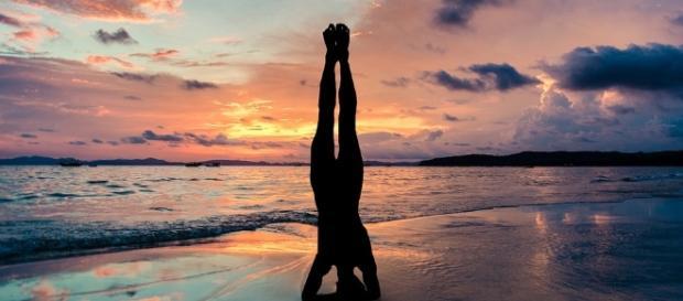 posture de yoga en bord de mer