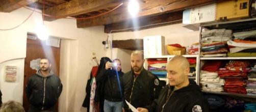 Gli estremisti di destra dell'associazione Veneto Fronte SkinHeads circondano i volontari e impongono la lettura di un volantino. Foto: Facebook