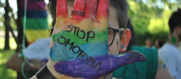 Coppia gay oggetto di un richiamo discriminatorio alle terme