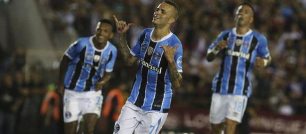 Luan celebrates his goal that put the 0-2 on the scoreboard against Lanus. Photo: AP