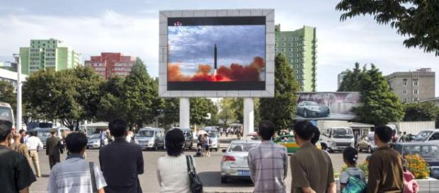 Oamenii asistă într-o piață din Fenian la lansarea unei rachete balistice intercontinentale - Foto: MSN.com (© Kim Won-Jin/AFP/Getty Images)