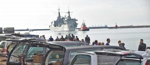 """I carri funebre al porto di Salerno per le 26 donne vittime dei """"viaggi della speranza""""."""