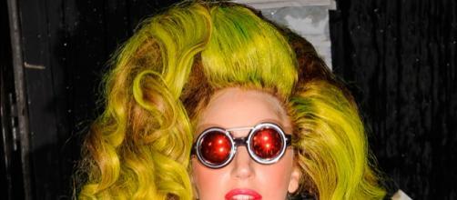 Lady Gaga con uno de sus extravagantes looks