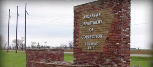 Signage outside building where Arkansas' execution chamber is housed. (Image credit Wochit News/YouTube)