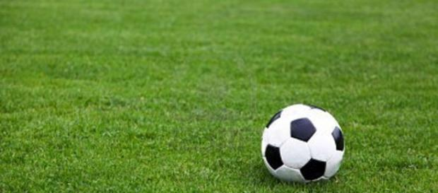 Un pallone da calcio in mezzo al campo