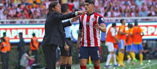Alan Pulido con Matias Almeyda