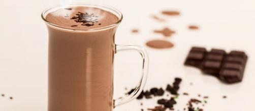 Dark chocolate cocoa may help beat the winter blues. (Image via Stevepb Pixabay).