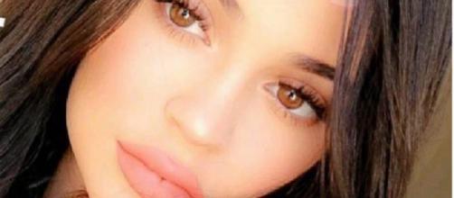 Kylie Jenner continua compartilhando fotos de rosto