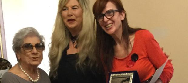 Gigliola Fantoni Scola e Daniela Cecchini premiano Paola Dei