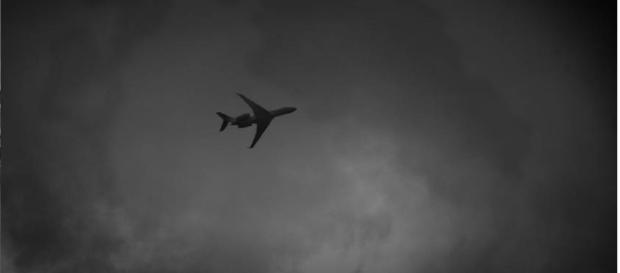 Mulher entra em panico durante voo ao descobrir traição do marido